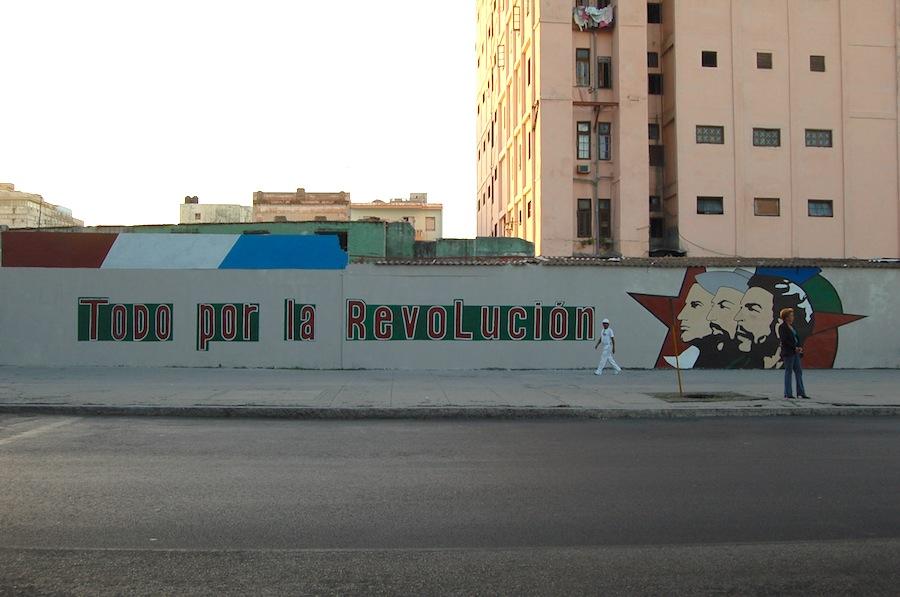 「すべては革命のために」と書かれた街の外壁 。2008年ハバナにて。© Kasumi Abe