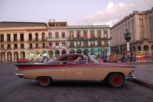 キューバの名物、クラシックカーは美しいハバナの街に似合う。今後これらの光景も見納めになるか? © Kasumi Abe (2)