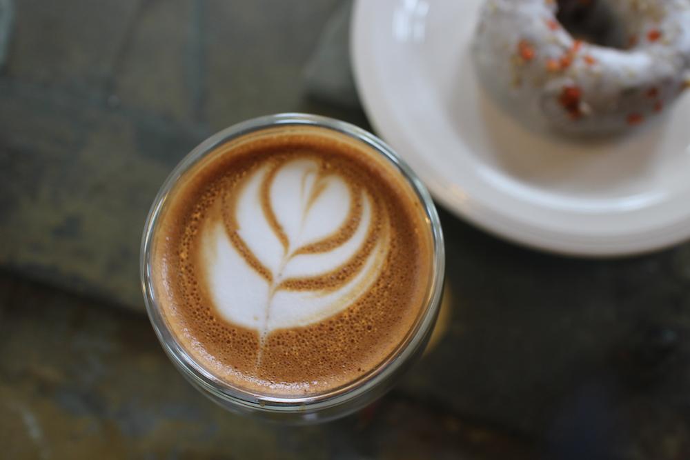 Cappuccinoとニンジン味のCarrot Donut (共に$4)。©️ Kasumi Abe